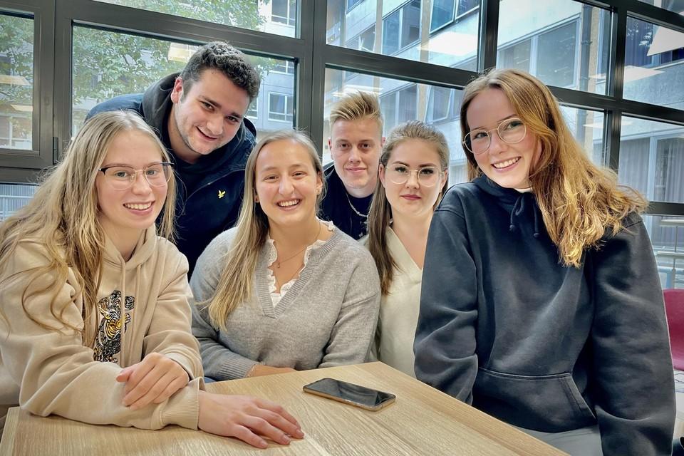 Enkele studenten van Thomas More in Lier, met centraal derdejaars HBO5 verpleegkunde Elien Geentjens.