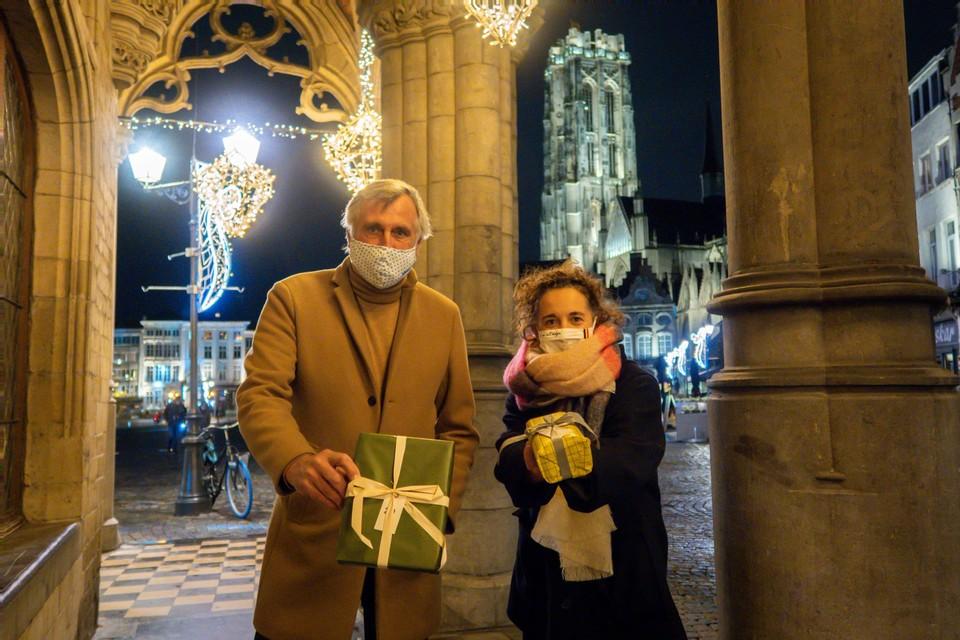Piet den Boer van Foundation Mechelen en schepen Gabriella De Francesco hopen 500 kinderen blij te maken.