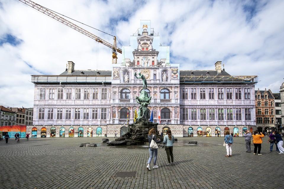 Een immense foto van de gevel sierde drie jaar lang de daadwerkelijke geval van het stadhuis dat volop werd gerenoveerd.