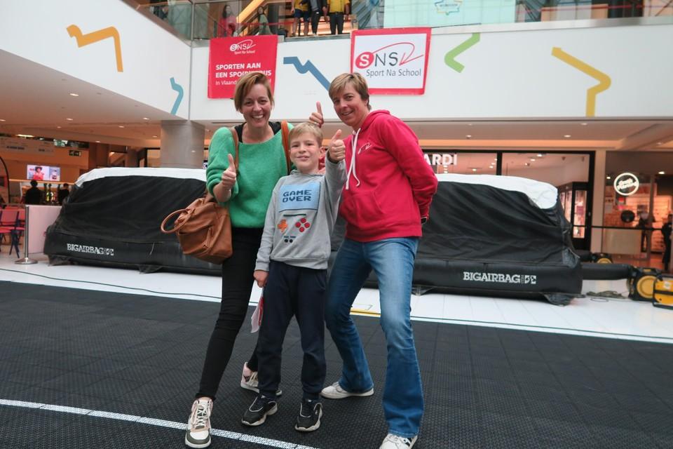 Moedige Lou Verbruggen (8) met zijn mama Ann Gommeren en begeleider Debby Callaert van Sport Na School.