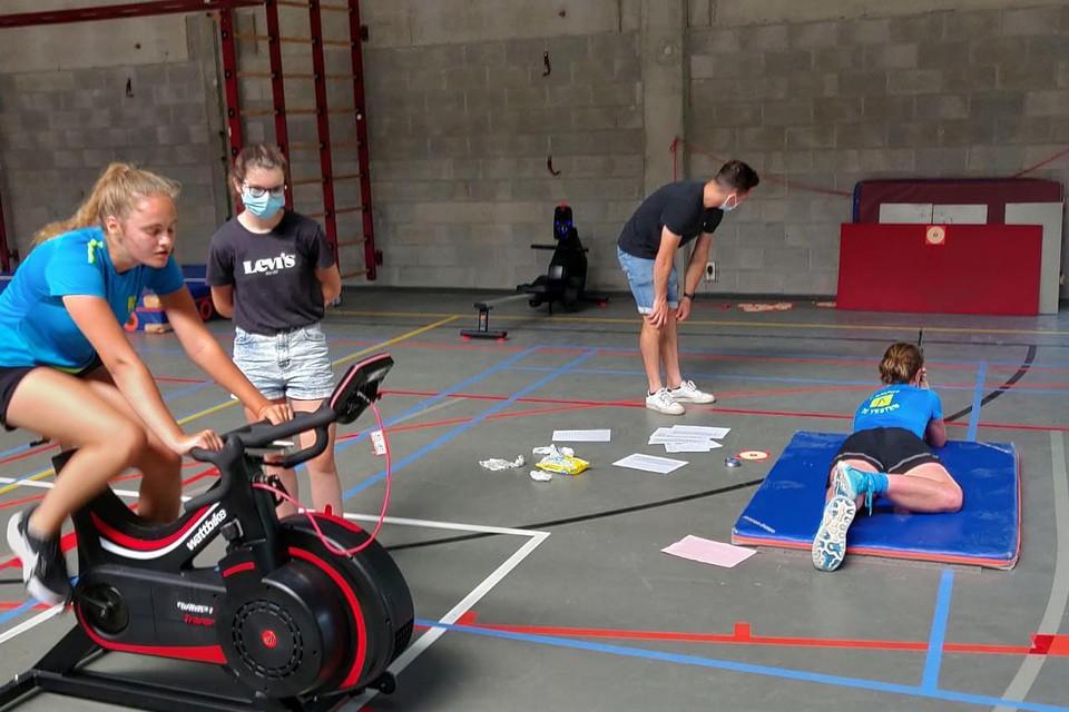 Dat heet dan diep gaan: de leerlingen van de sportopleidingen leggen proeven af in onder meer fietsen, golfen, roeien en benchpress.