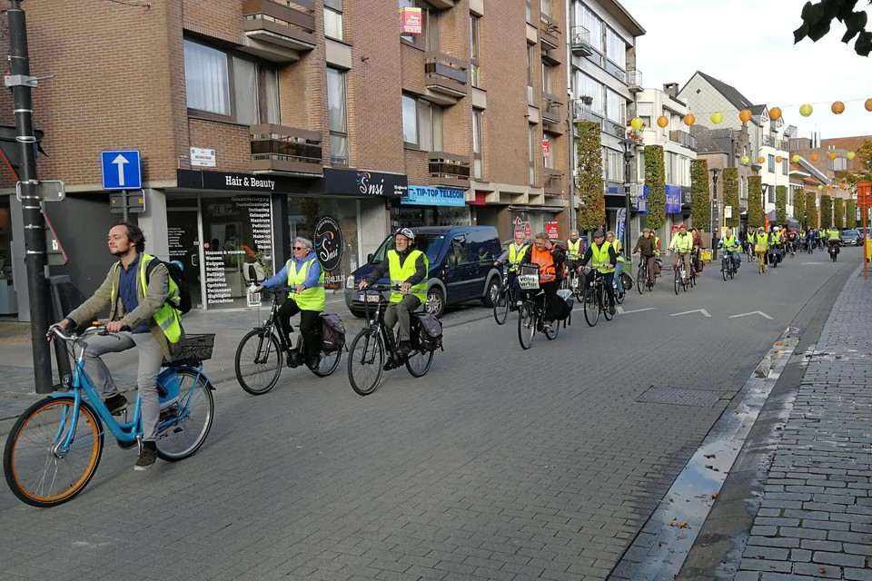 In een lange colonne reden ongeveer dertig sympathisanten van de Fietsersbond Geel donderdag onder meer door de fietszone in de Nieuwstraat.