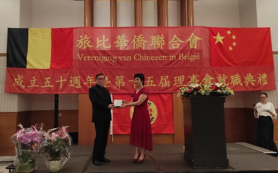 De aftredende voorzitter (links) geeft de fakkel door aan Yu Chunhua (rechts).
