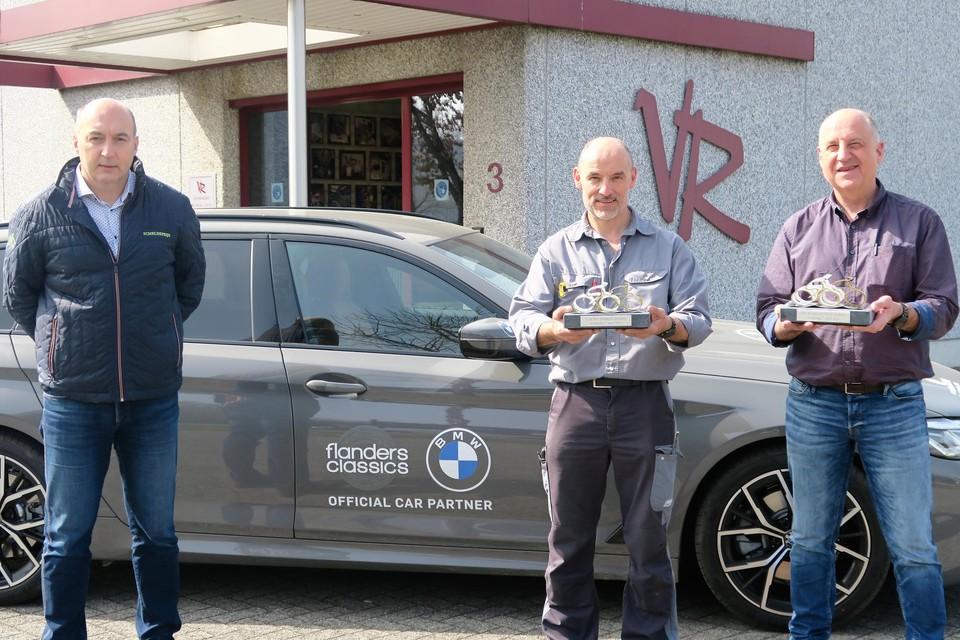 De broers Karl en Luc Van Ranst met Scheldeprijsorganisator Jack Vissers en de twee nieuwe trofeeën voor de winnaars: één voor de heren- en één voor de dameswedstrijd.