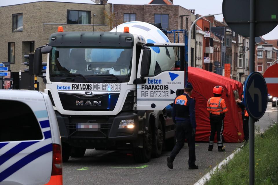 De jonge vrouw werd aangereden door een betonmixer op het kruispunt met de Plezantstraat.