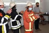 thumbnail: Freddy Hertog krijgt een taart van in brandweerlui verklede collega's.