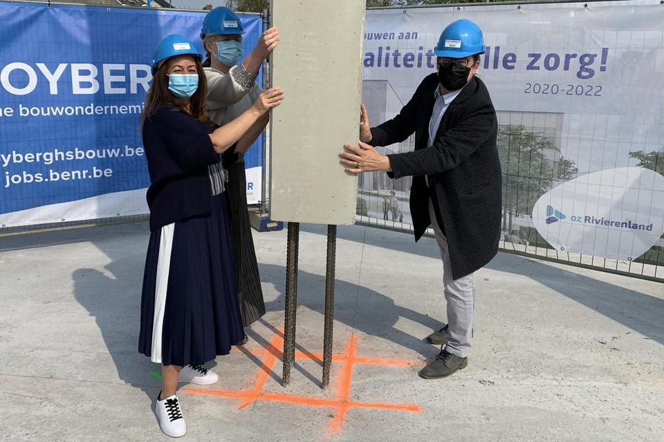 Een betonnen kolom werd op zijn plaats gemikt voor de start van de bouw van een nieuw ambulant zorgcentrum door hoofdarts dr. Myriam Callaert, verpleegkundige Najat Skeli en burgemeester Eddy Bevers.