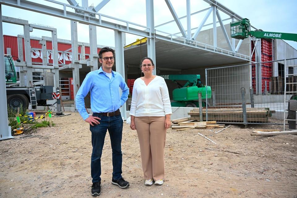 Liesbeth en Stefan Schelkens voor de nieuwbouw die rond januari 2022 klaar zou zijn. Op de achtergrond zie je nog de oude rode gevel.