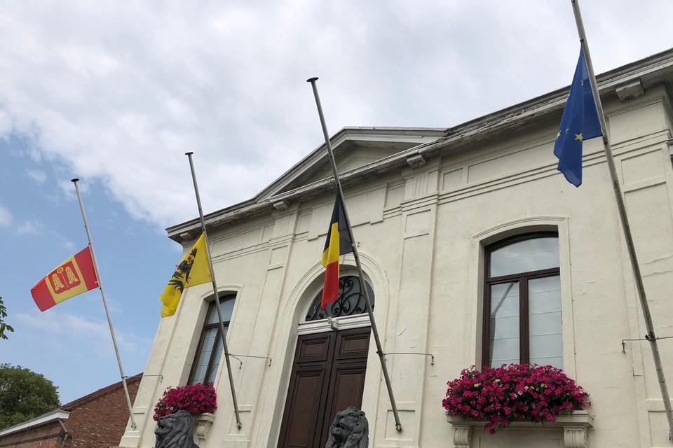 Vlaggen halfstok aan gemeentehuis