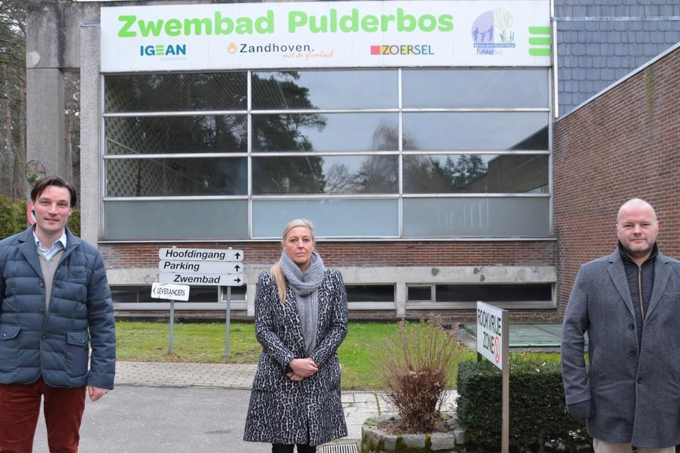 Raadslid Wouter Bollansée (Vlaams Belang), schepen Cindy Van Paesschen (onafhankelijke) en raadslid Tom Sleeuwaert (H-eerlijk Zoersel) voor het huidig zwembad in Pulderbos.
