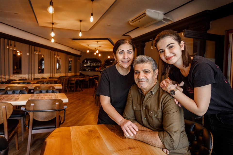 Ilkur Yildiz (rechts) runt restaurant Murad samen met haar mama Gurcu en  papa Hasan.