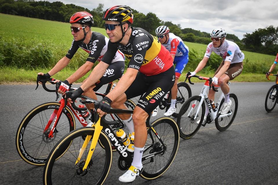 Van der Sande (links) in gesprek met Van Aert (rechts) tijdens de Ronde van Frankrijk.