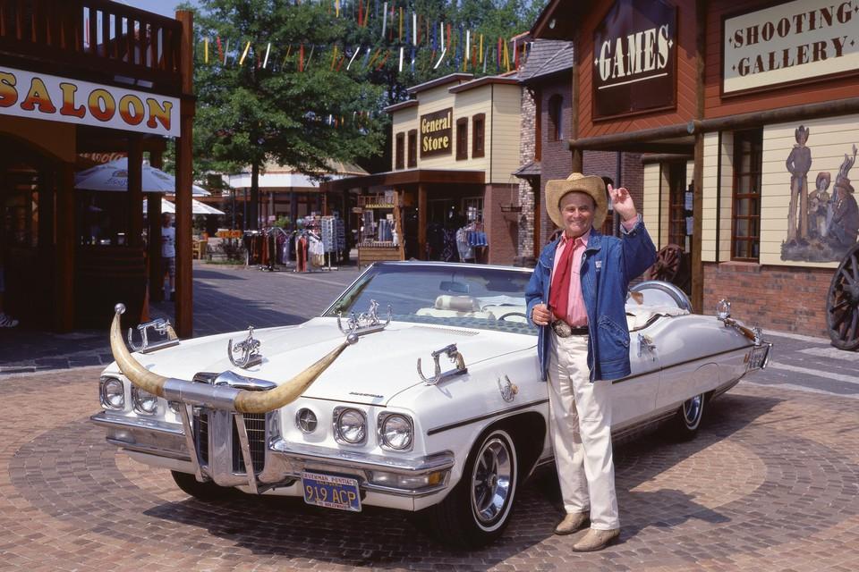 Bobbejaan Schoepen reed in zijn hoogdagen bijna dagelijks door zijn pretpark. Het thema was western, want Bobbejaan had een zwak voor countrymuziek.