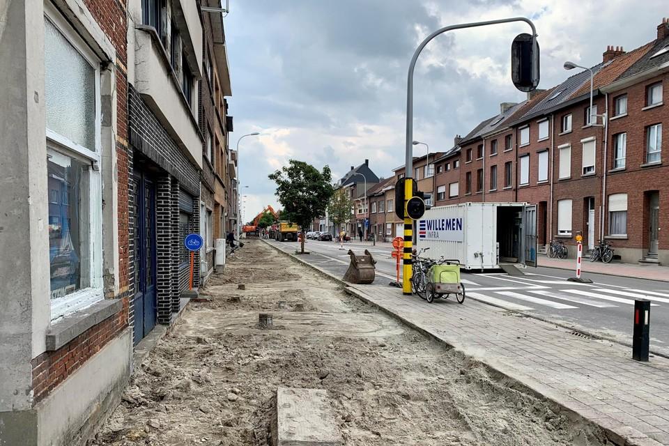 Op een gedeelte van de Leuvensesteenweg zijn de oude fietspaden al uitgebroken.