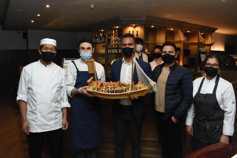 Het team van Sushi King is klaar voor de opening.