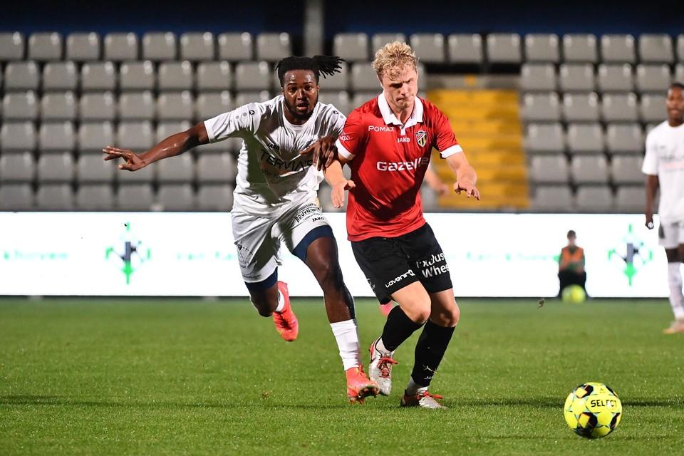Sekou Camara van Houtvenne (links) probeert Quinten Van Goylen bij te halen. Camara zorgde zaterdagavond voor het enige doelpunt van Houtvenne tegen Lyra-Lierse.