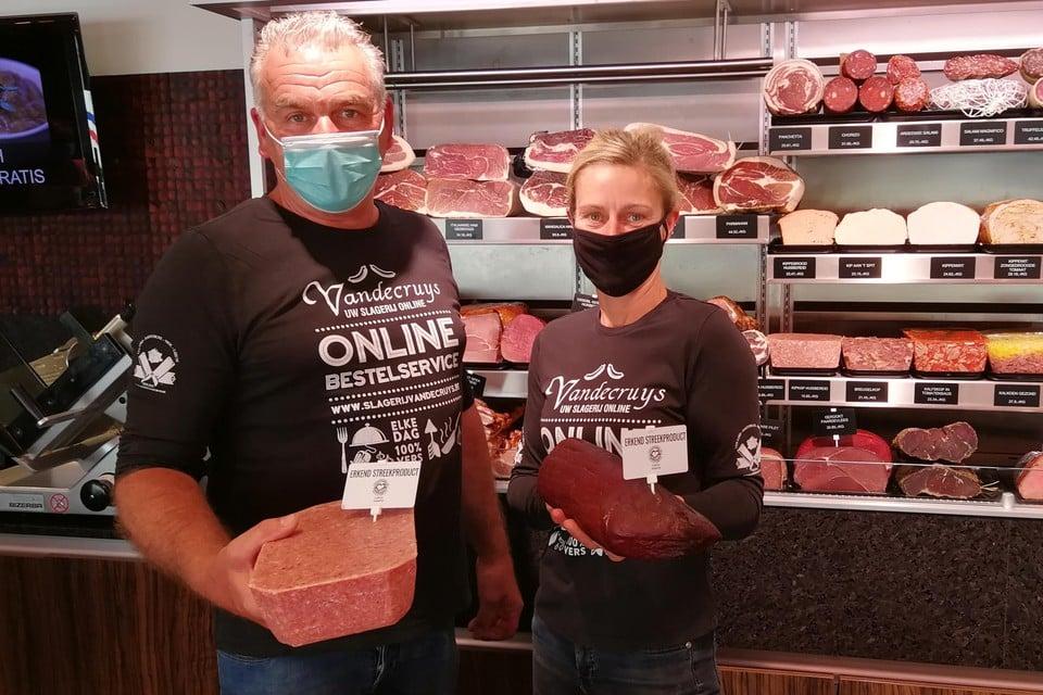 Patrick Haesendonckx en Liesbeth Mertens van Slagerij Vandecruys zijn trots op hun nieuwe streekproducten kipkap en ossebil.