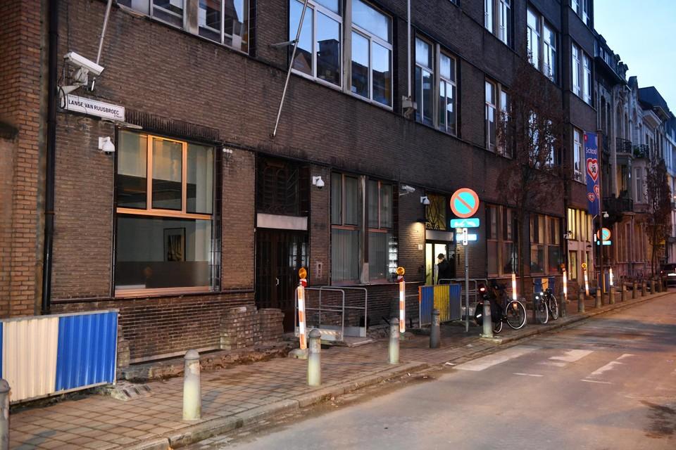 De school ligt in de Lange Van Ruusbroecstraat.
