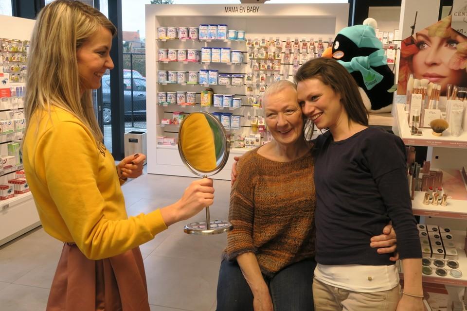 Shana Meylemans toont Bernadette en nichtje Evi het resultaat.