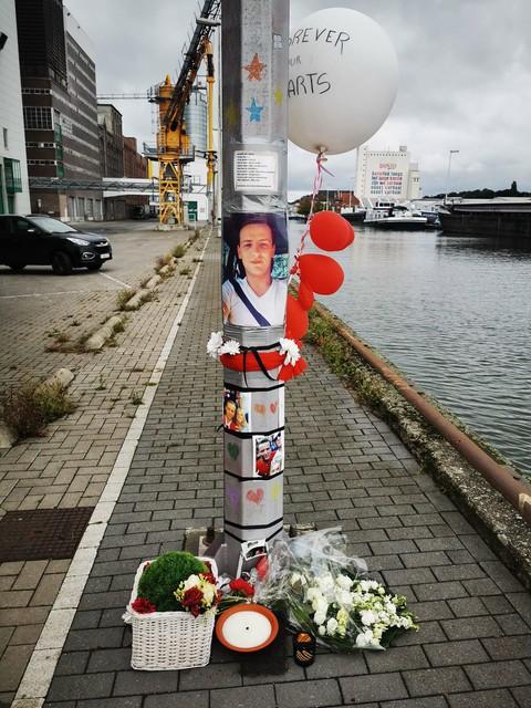 Vrienden van Didier hadden vorig jaar een memoriaal gemaakt aan het Dokske, waar hun kameraad tragisch om het leven kwam in 2016. De kleuren verwijzen naar de club van hun hart.