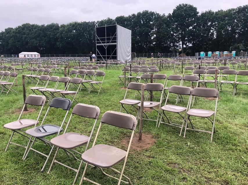 De stoelen staan opgesteld.