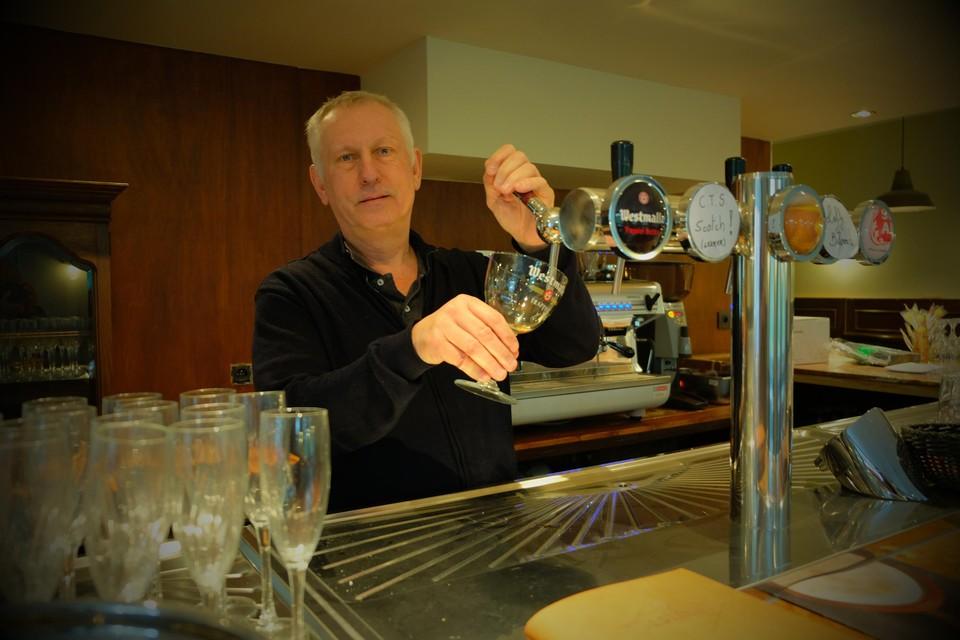 Frank Rastelli achter de toog van café De Kluis.