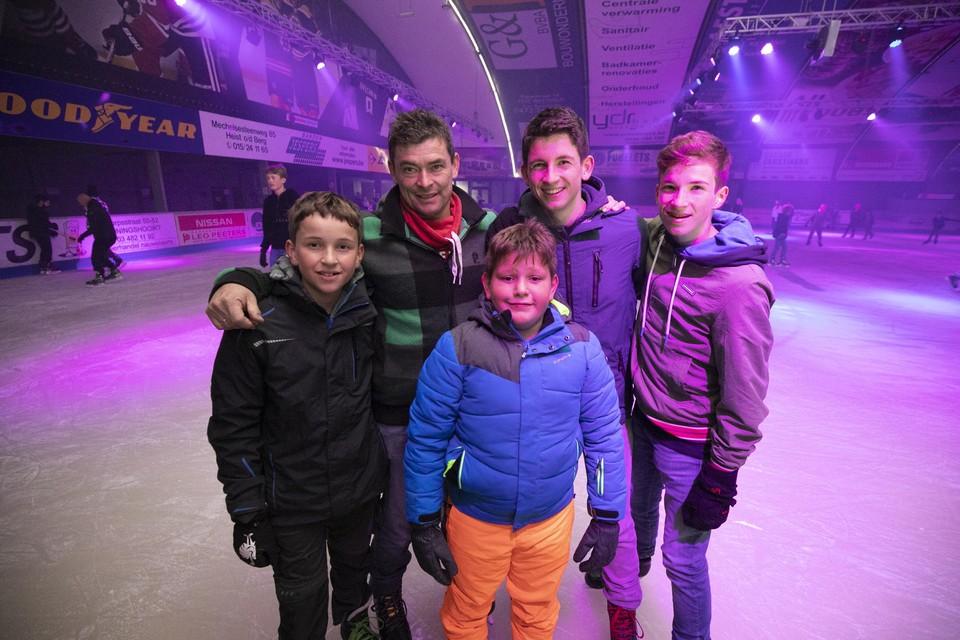 Schriekenaar Bart Peeters met zijn zonen Robbe, Seppe en Warre en hun buurjongen Alessio Lizzardo.