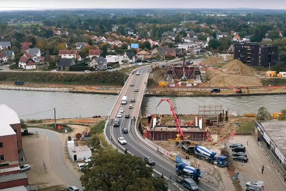 De werf voor de nieuwe brug op de Herenthoutseweg in Herentals vlot netjes volgens schema.