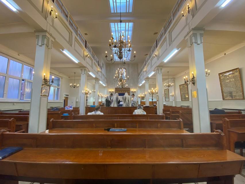 Normaal lopen de synagogen vol op Poerim. Door corona was de synagoge aan de Terliststraat vrijdagochtend nagenoeg leeg.