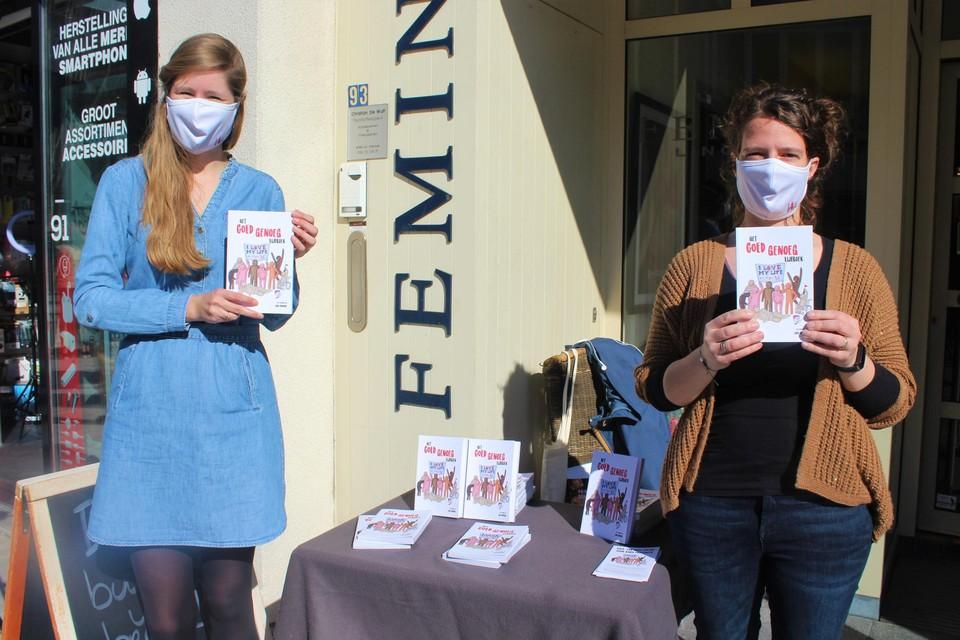 Evelien Bruijnje en Jane Lingier met het Goed Genoeg Lijfboek van VIVA-SVV.