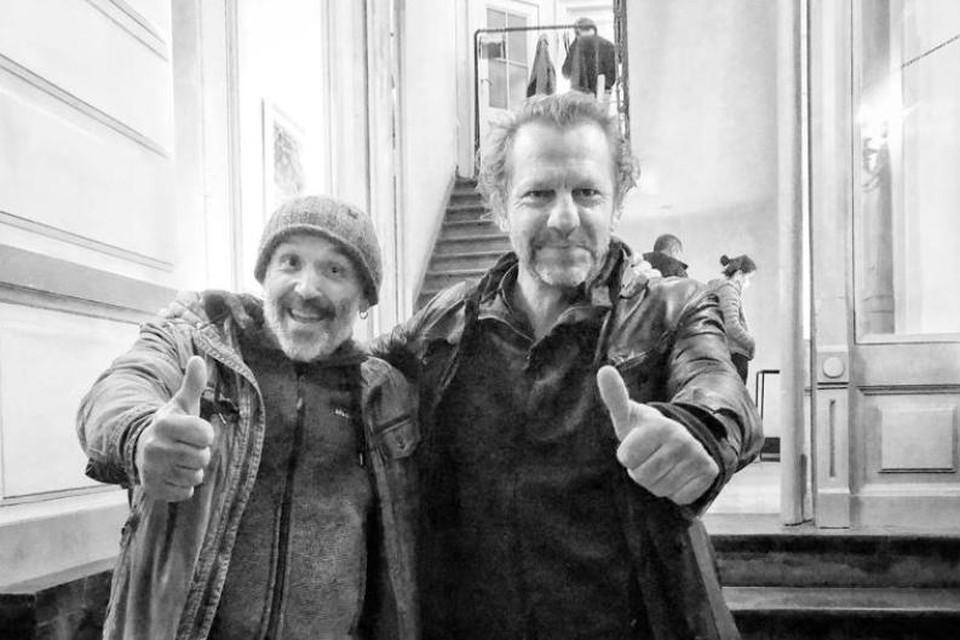 Dimi Dumo (links) krijgt de zegen van dEUS-zanger Tom Barman.