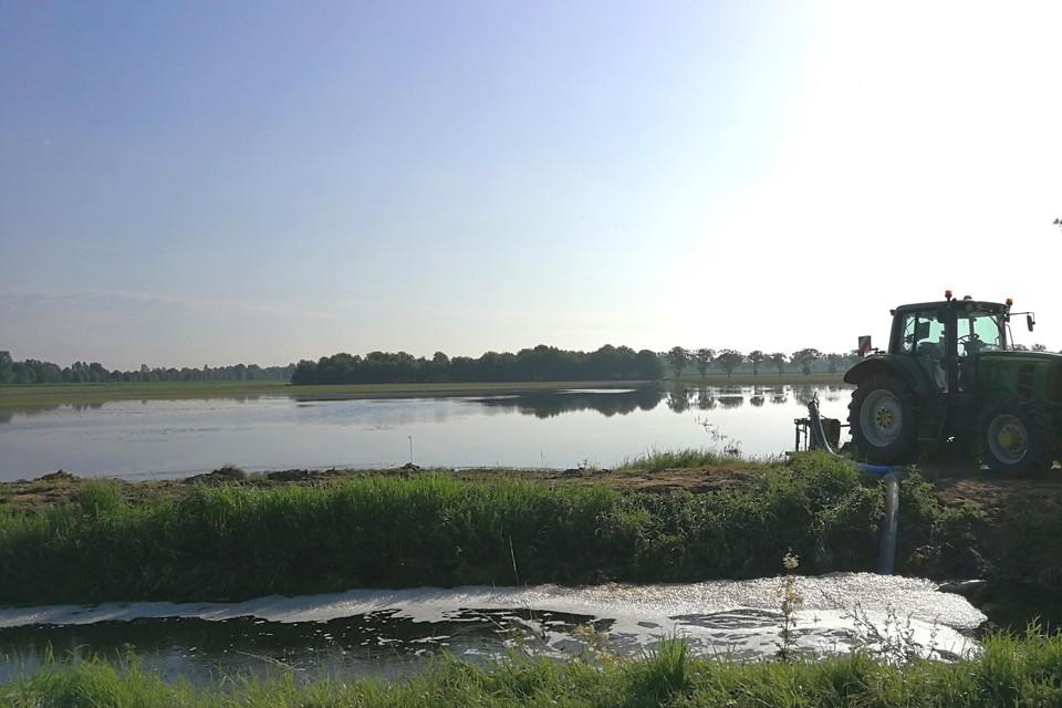 De landbouwers in de Roerdompstraat proberen met eigen materiaal hun velden droog te pompen.