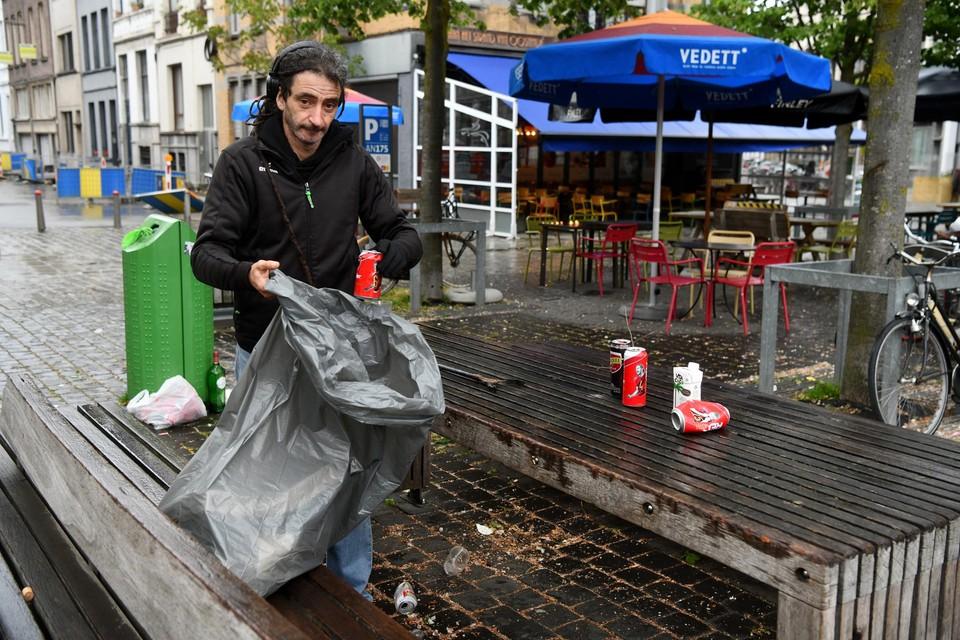 Weer of geen weer. Ahmed Benkerroum is quasi dagelijks trouw in de weer op de Dageraadplaats om de rotzooi op te ruimen die mensen er de avond voordien hebben achtergelaten.