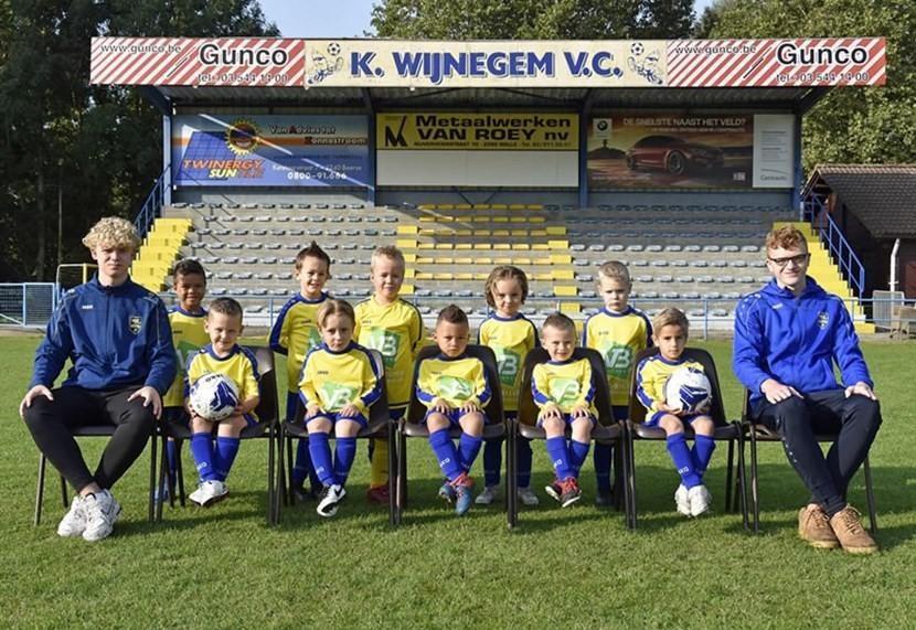 Ook de jongste voetballertjes krijgen bij Wijnegem VC een prima begeleiding.