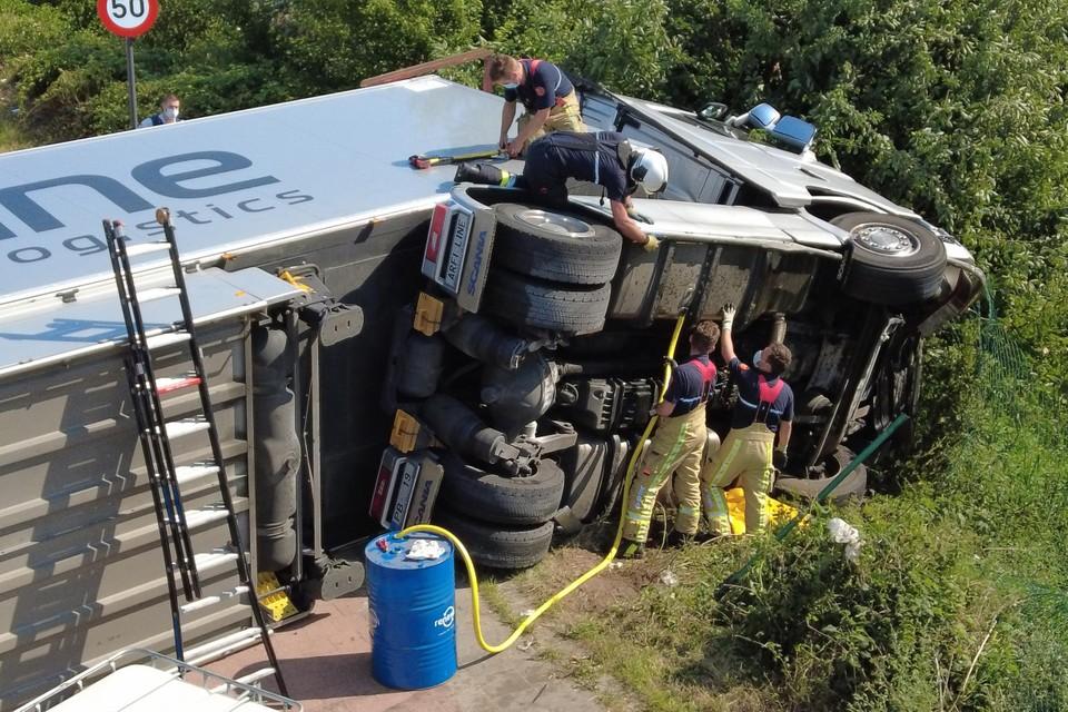 Vooraleer er kon getakeld worden, pompte de brandweer de mazouttank van de vrachtwagen leeg