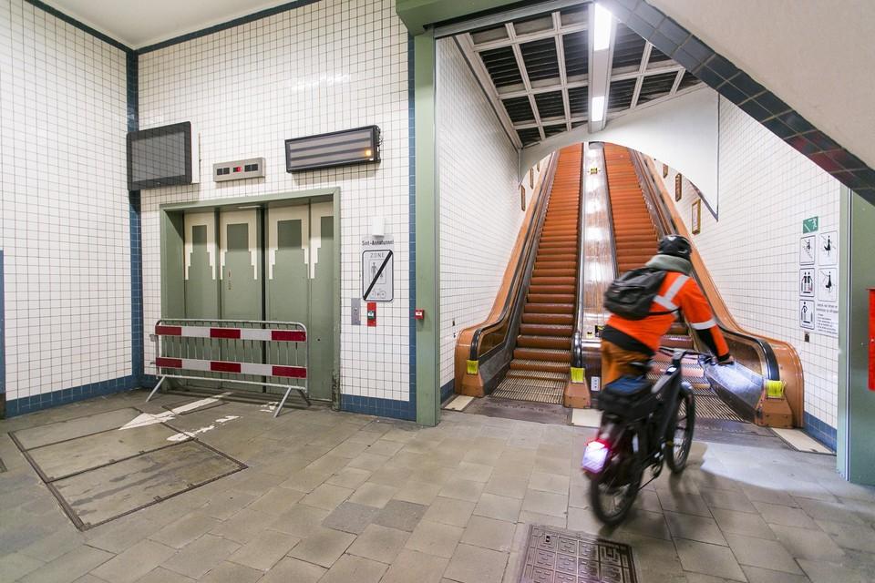 Naast de liften liggen nu ook de roltrappen van de Sint-Annatunnel stil. (archiefbeeld)