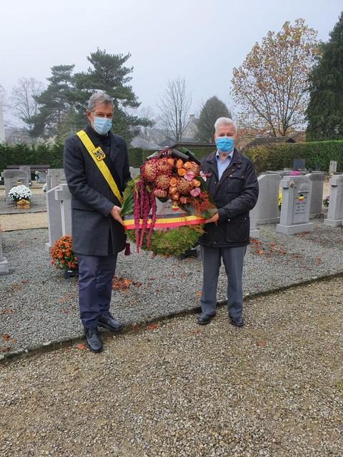 Rudi Willems en Gust Donckers aan het monument in Pulle.