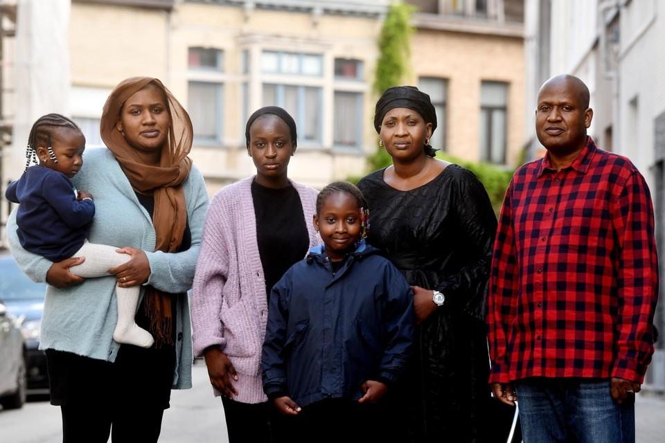Tante Fatoumata () en haar man Modibo met drie van hun vijf kinderen: Tenda (28, ), Kadia (21) en N'Doye (8), die naar haar overleden nichtje werd vernoemd.
