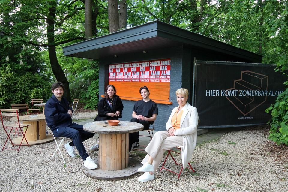 Flor, Enea en Han van Zomerbar Alain met schepen Lambrecht in het gemeentepark van Hove.
