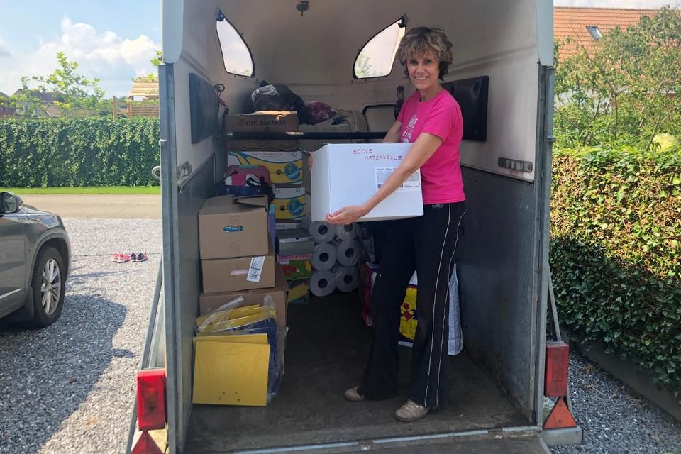 Elsje Ryheul uit Kasterlee laadt een paardentrailer vol met bruikbare spullen voor een basisschool in het Waalse Trooz. De kleuterjuf organiseerde zelf een hulpactie voor de slachtoffers van de watersnood.