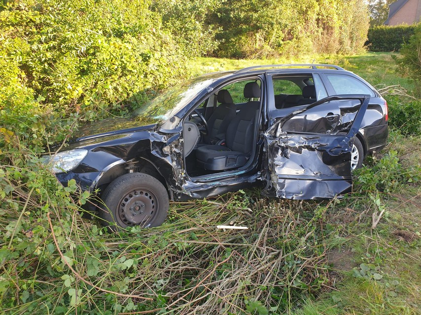De personenwagen kwam in een gracht terecht.