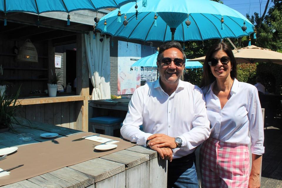 Uitbaters Richy Utoro en Christine Verstraeten van restaurant Passade op hun zomers terras.