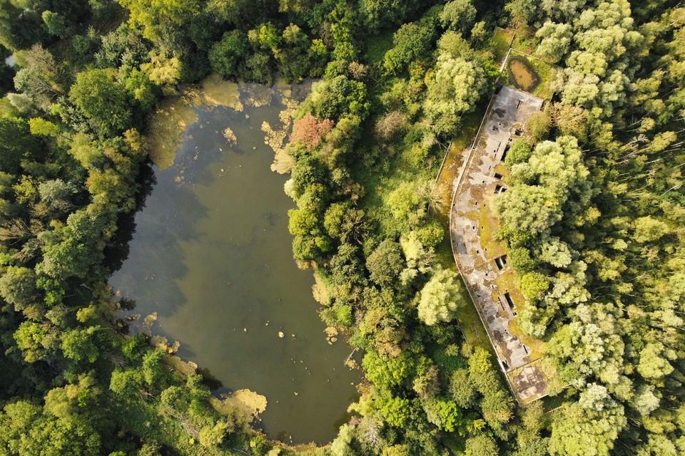 Een luchtfoto van de site met het spookhotel.