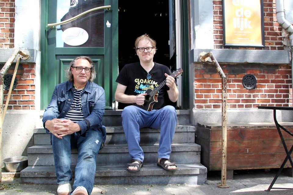 """Peter Maene en Dennie Dax op de dorpel van café Dax: """"Veel concurrentie voor de Turnhoutse zomerhit van 2021 is er waarschijnlijk niet."""""""