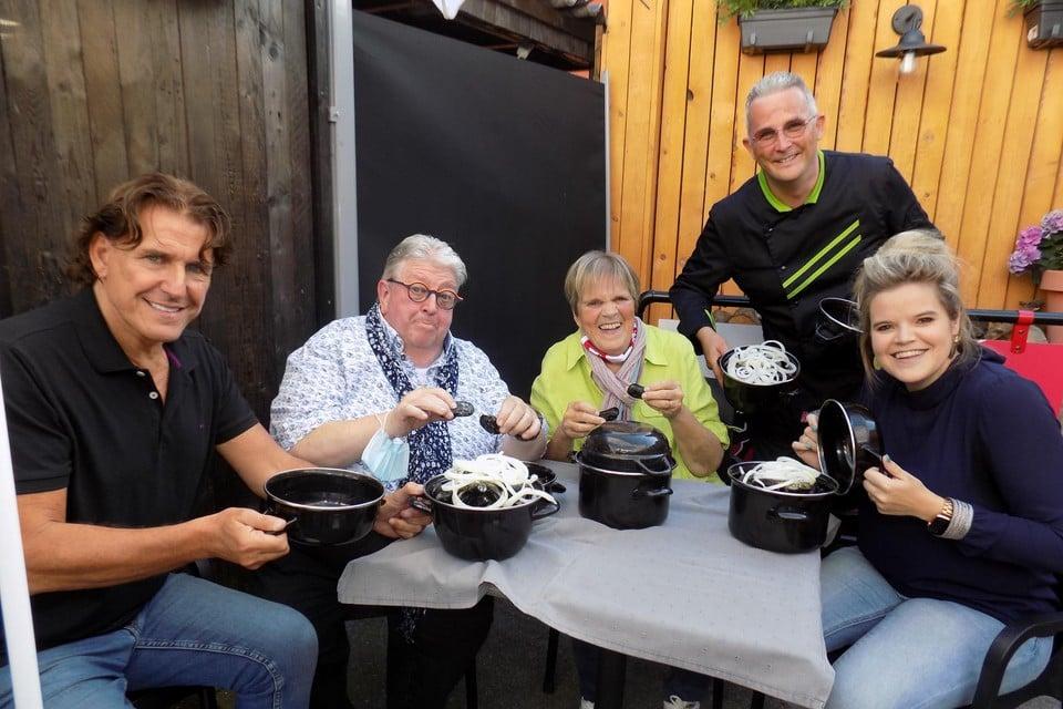 Frank Galan, Luc Caals, Margriet Hermans en dochter Celien laten zich door Ive Rénaarts van eetcafé De Kroon in Poederlee verwennen met de eerste Goudmerk-mosselen.