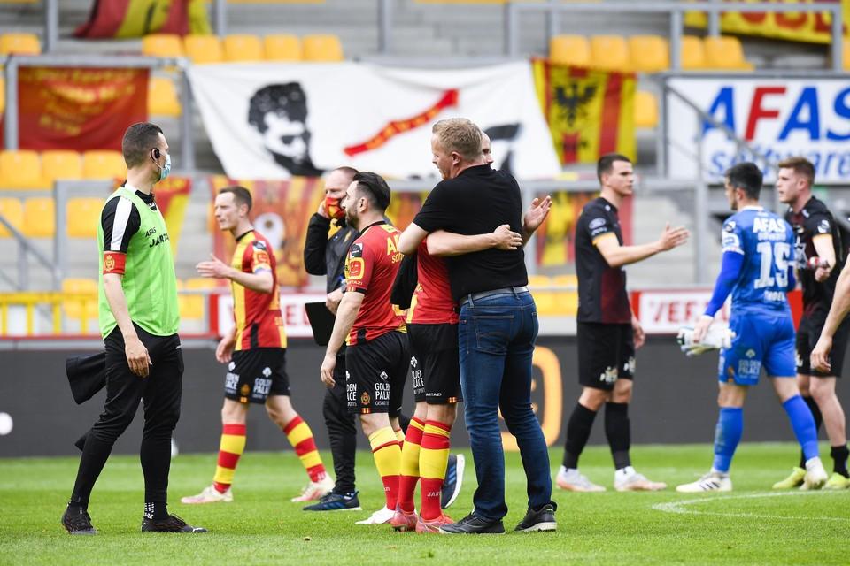 Vrancken omhelst Hairemans na de thuiszege tegen Oostende.