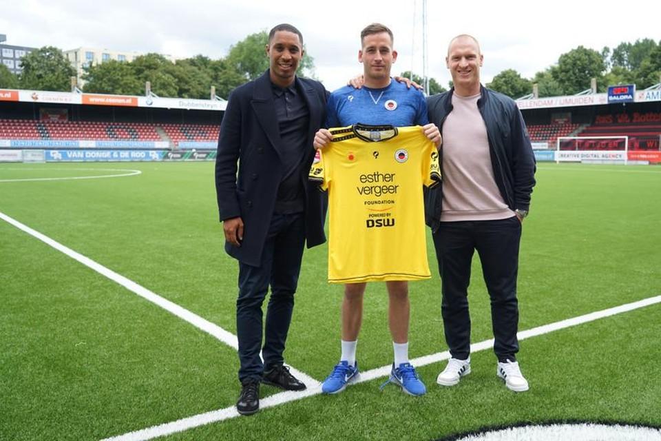 Doelman Bo Geens geflankeerd door makelaars en oude bekenden Sherjill MacDonald en Roel Van Hemert van Real Soccer Management.
