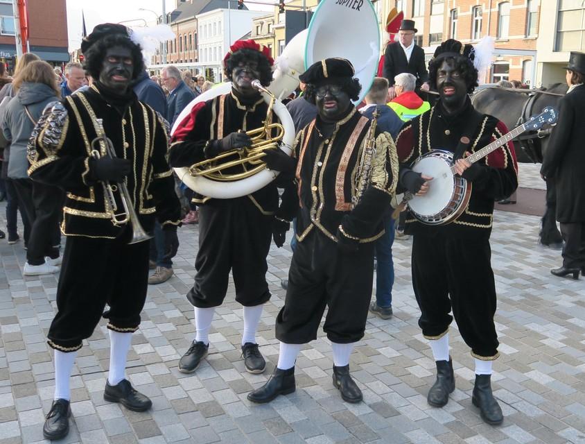 Hele Zwarte Pieten bij de jongste ontvangst van Sinterklaas in 2019. Dit jaar zullen ze er veel lichter uitzien.