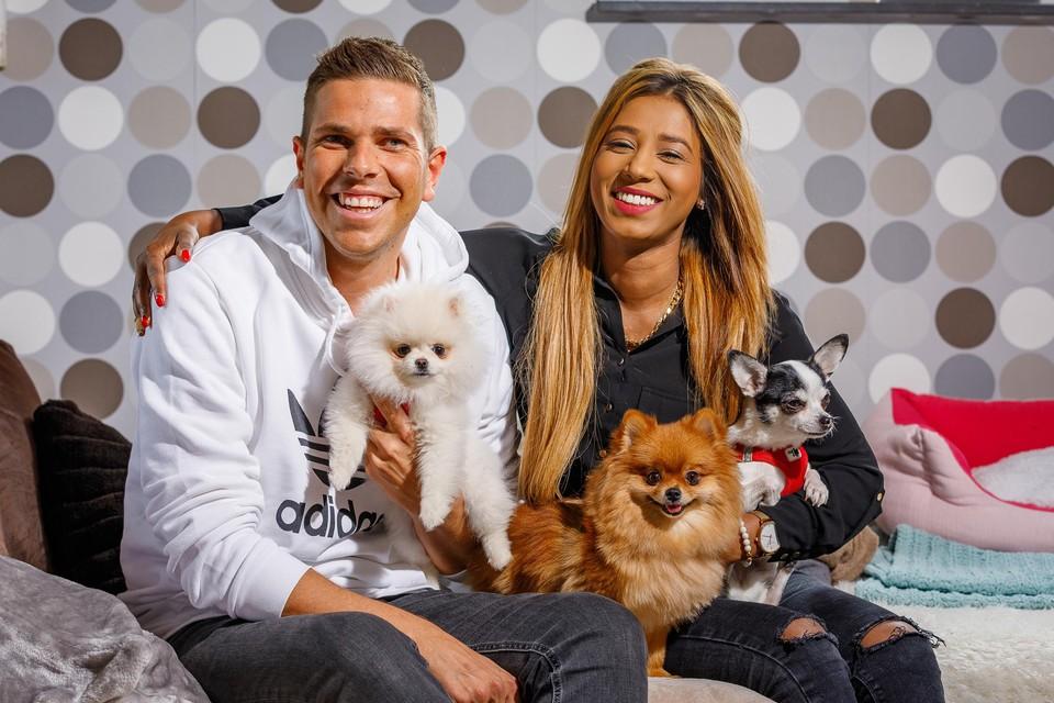 Nick Kraft met vriendin Sandhya en hun hondjes Nala, Noortje en Menzo.