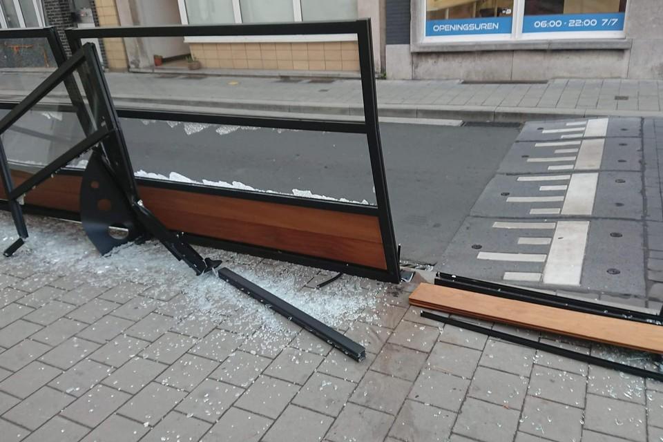 Een vrachtwagen heeft voor de tweede keer in een week tijd het terras van Bar Bob aan flarden gereden.
